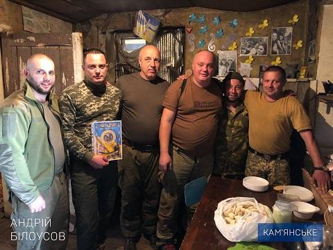 Мэр г. Каменское на передовой поздравил бойцов с Днем защитника Украины Днепродзержинск