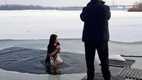 В Каменском по традиции на Крещение жители города окунались в прорубь  Днепродзержинск