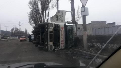 Возле завода продтоваров в Каменском перевернулась фура Днепродзержинск