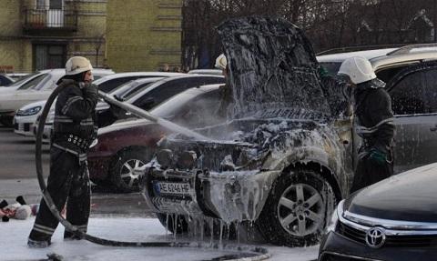 У заводоуправления «ДМК» г. Каменское горела иномарка Днепродзержинск