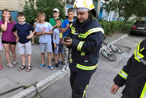 Сотрудники Службы спасения г. Каменское выручили ежа Днепродзержинск