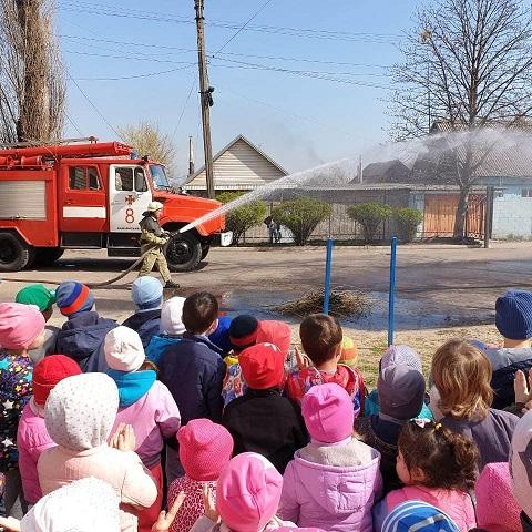 Воспитанники детского сада г. Каменское общались с пожарными Днепродзержинск