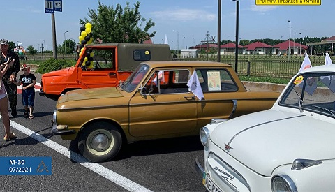Под Каменским ретроавтомобили тестировали новое покрытие дороги М-30 Днепродзержинск