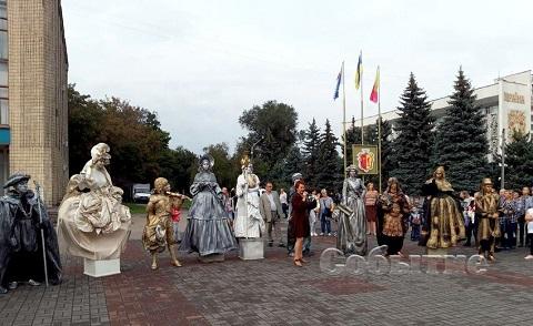 «Живые фигуры» уличного театра выступили перед жителями Каменского Днепродзержинск