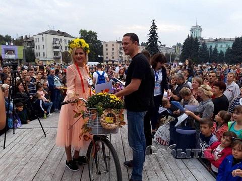 Каменчан удивили «Леди на велосипеде» Днепродзержинск