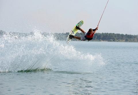 Каменчан в жару привлекают водные виды спорта Днепродзержинск