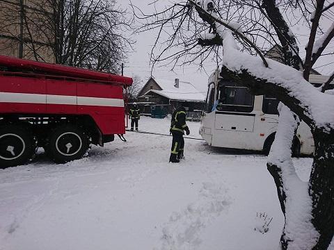 Спасатели г. Каменское из сугроба освобождали автобус Днепродзержинск