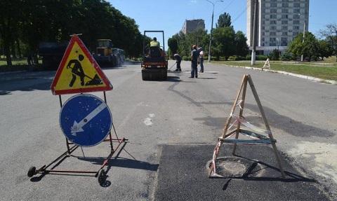 По проспекту Аношкина г. Каменское проводят замену люков Днепродзержинск