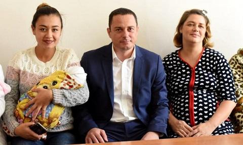 В Каменском вручали первые комплекты для новорожденных малышей Днепродзержинск