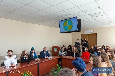 Мэр г. Каменское наградил участников молодежной программы «Лідери змін» Днепродзержинск