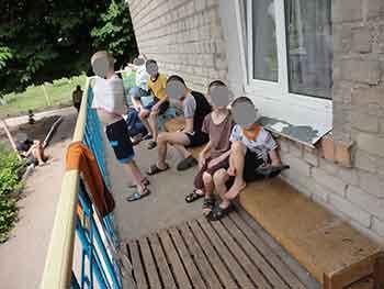 В интернате Верхнеднепровска выводили детей на жару в свитерах с завязанными рукавами Днепродзержинск