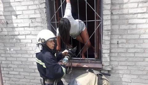 В Каменском вызволяли ребенка освобождали из плена оконной решетки Днепродзержинск
