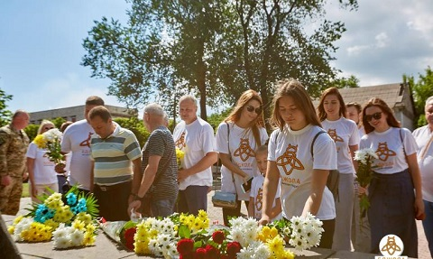 В День Конституции мэр г. Каменское возложил цветы у памятника Т. Шевченко Днепродзержинск