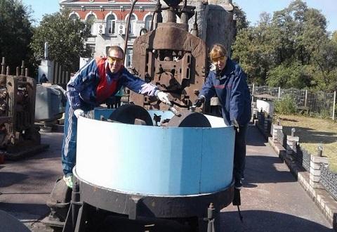 Молодежь «ДМК» Каменского обновляет экспонаты музея под открытым небом Днепродзержинск