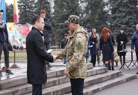 В День добровольца на площади в Каменском чествовали военнослужащих Днепродзержинск