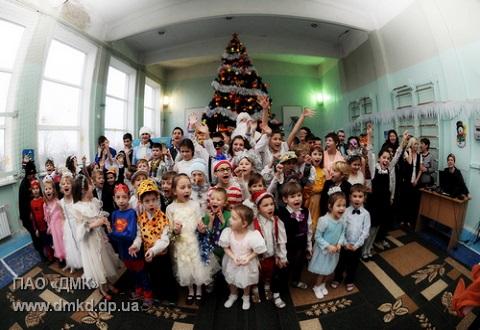 Работники ПАО «ДМК» Каменского отправились к детям на «Новогоднем автобусе» Днепродзержинск