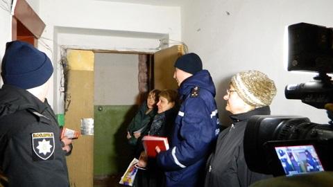 Каменские спасатели говорили с жителями многоэтажного дома о «Безопасности в быту» Днепродзержинск