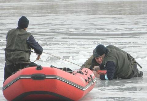 Каменские спасатели отработали на практике навыки спасения людей на зимнем водоеме Днепродзержинск