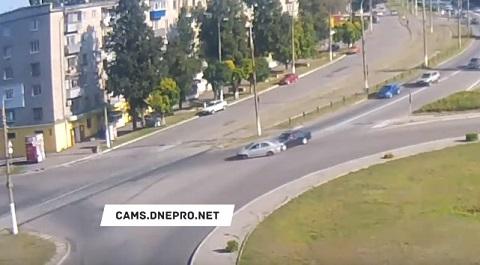 В Каменском на дороге с круговым движением столкнулись автомобили Днепродзержинск