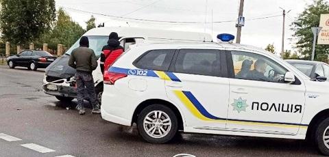 В Каменском произошло столкновение микроавтобуса с легковым авто Днепродзержинск