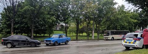 В Каменском на трамвайных путях столкнулись автомобили  Днепродзержинск