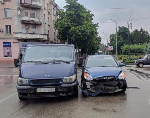 В центре г. Каменское произошло столкновение автомобилей Ford и Hyundai Днепродзержинск