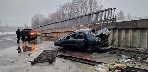 В Каменском автомобиль слетел с мостового перехода через реку Днепр Днепродзержинск
