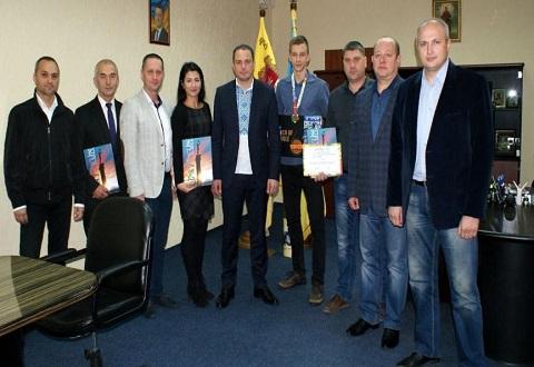 Достижения спортсмена из Каменского отметили в мэрии на встрече с градоначальником Днепродзержинск