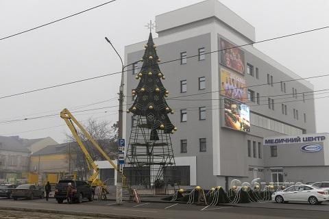 В г. Каменское начали устанавливать новогодние елки Днепродзержинск