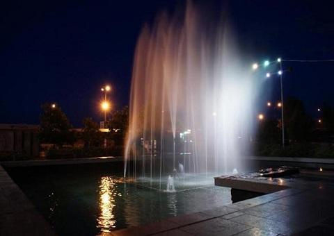 Каменчан порадовал светом и музыкой городской фонтан Днепродзержинск