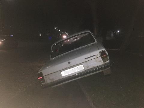 В г. Каменское пьяный водитель врезался на автомобиле «Волга» в дерево Днепродзержинск