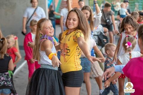 В Каменском детей развлекали в гавайском стиле Днепродзержинск