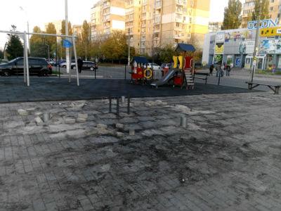 Демонтируют детскую площадку возле Варуса в Каменском Днепродзержинск
