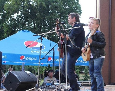 Вечер уличной музыки увлек посетителей Центрального парка г. Каменское  Днепродзержинск