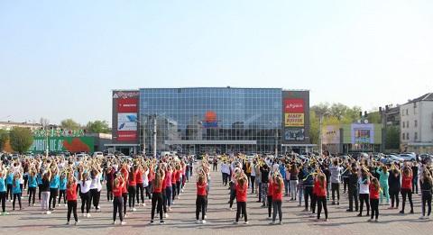 Масштабный флэшмоб молодежь Каменского провела на главной площади города Днепродзержинск