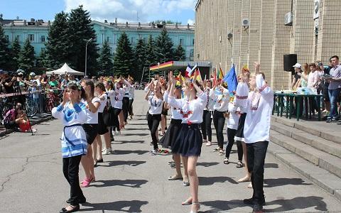 В центре г. Каменское провели парад евроклубов Днепродзержинск