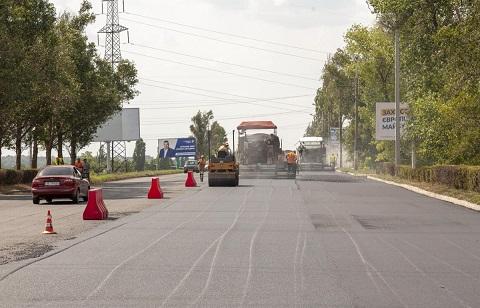 В Каменском на самой стратегической дороге укладывают новый асфальт Днепродзержинск