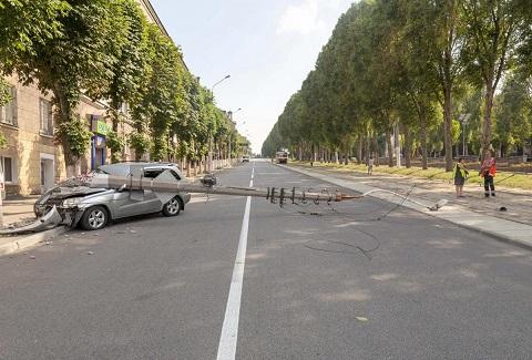 В Каменском автомобиль сбил столб и перекрыл движение по пр. Свободы Днепродзержинск