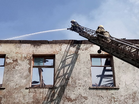 В Каменском горело заброшенное строение Днепродзержинск