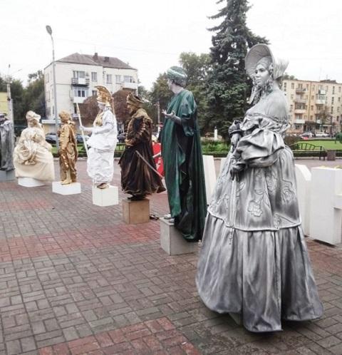 Жителей Каменского порадовал выступлением театр живых скульптур Днепродзержинск