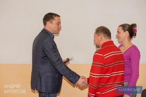 Многодетная семья получила ключи от квартиры из рук мэра Каменского Днепродзержинск
