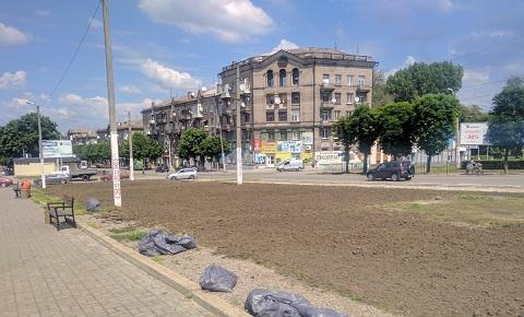 Большие клумбы Каменского возделывают культиватором Днепродзержинск