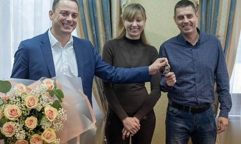 Городской голова Каменского вручил ключи от квартиры многодетной семье Днепродзержинск