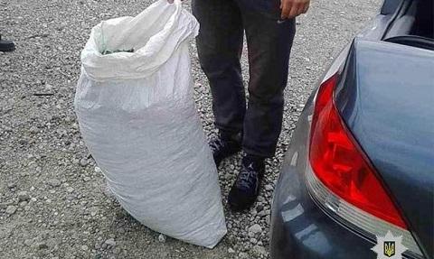 Каменчане задержаны у автомобиля при попытке погрузить мешки с коноплей Днепродзержинск