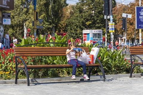 Центр города Каменское украсили лавочки классического стиля Днепродзержинск