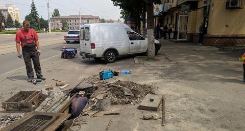 Бригада по благоустройству г. Каменское восстанавливает завалившиеся колодцы Днепродзержинск