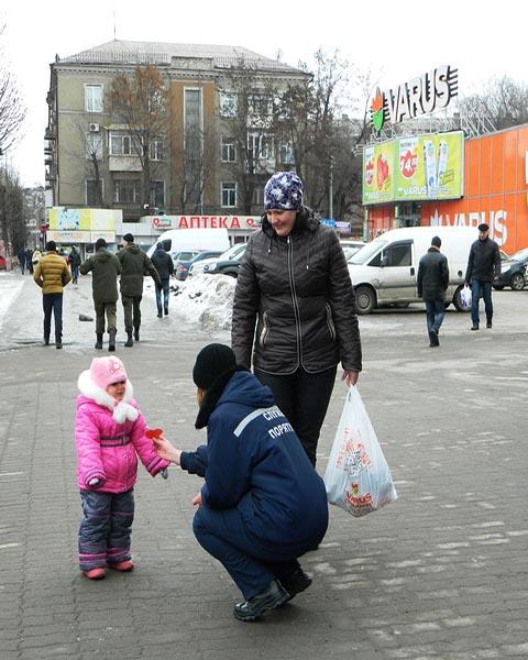 Спасатели Каменского провели в городе акцию ко Дню влюбленных Днепродзержинск