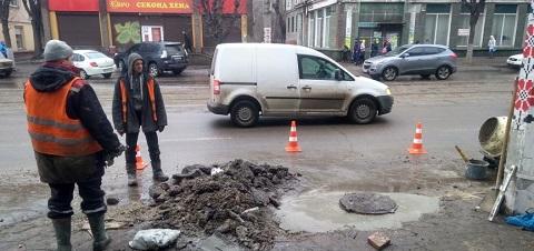 В центре Каменского провели ремонт люка сливного колодца Днепродзержинск