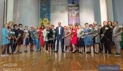 Мэр г. Каменское провел награждение матерей-воспитателей Днепродзержинск