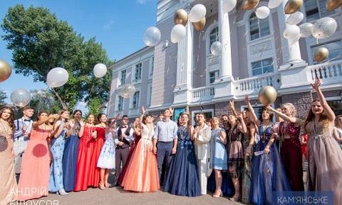 Медалисты школ Каменского провели бал Днепродзержинск